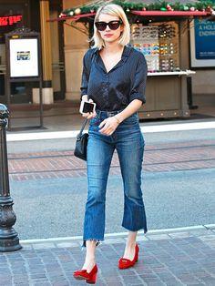 Para um look com pegada retrô combine a calça com camisa de poás + sapatos vermelhos. Um charme, hein?