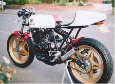 Yamaha RD350 - Builder Unknown Yamaha Cafe Racer, Cafe Bike, Yamaha Motorcycles, Cars And Motorcycles, Cafe Racers, Bike Builder, Cafe Style, Dirtbikes, Honda Cb