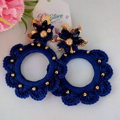 No hay descripción de la foto disponible. Crochet Earrings Pattern, Crochet Flower Patterns, Crochet Flowers, Love Crochet, Crochet Motif, Handmade Jewelry Designs, Earrings Handmade, Yarn Crafts, Sewing Crafts