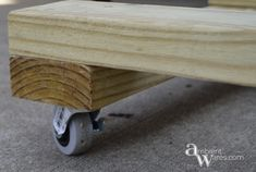 Wouldn't having a dolly make things so much easier? Especially if you paint furniture or need to easily move heavy furniture? Our DIY dolly is a lifesaver! Diy Furniture Dolly, Moving Furniture, Diy Furniture Projects, Paint Furniture, Furniture Making, Wood Projects, Woodworking Projects, Moving Dolly, Wooden Diy