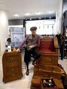 Schuhputzer Thomas Ganick auf Frankfurt. Hier bei einer PR. Aktion für die Socken und Strümpfe vom Burlington in einem Nobelkaufhaus in Ffm. Der Schuhputzer Thomas Ganick ist Mitglied im Team von www.burgol-shoecareservice.de