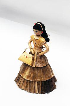 Dolls hand made. Artesanía. Pequeña escultura en calceta de plátano. Dama con cartera,