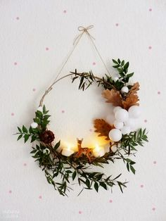 Little wreath with battery operated candles, leaves and small ornaments//