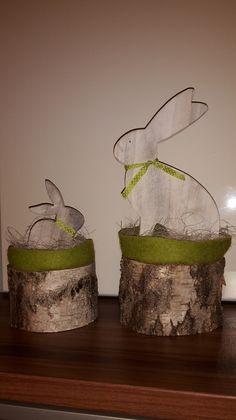 Wunderschöner großer Osterhase sitzt im Filz-Nest im Stroh auf massiven Birken-Holz-Stamm (rechts auf dem Foto).   Wurde liebevoll von Hand gefertigt.   Höhe ca. 37 cm Durchmesser Stamm ca....