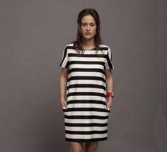 Φόρεμα ριγέ με κοντό μανίκι και κρυφές τσέπες στο πλάι. Έχει φερμουάρ στην πλάτη από πάνω μέχρι το τελείωμα. Σύνθεση: 94%PC 6%EA http://closel.com/products/Dresses/dress5