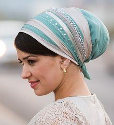 מטפחת סינר דגם שרשרת בצבעי טורקיט ופנינה.