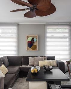 Não gosta de ar-condicionado? Que tal um ventilador de teto? No projeto de capa, assinado por @talitanogueiraarquitetura, o décor é… Living Room Interior, Couch, Metal, Table, Furniture, Home Decor, Instagram, Air Conditioners, New Houses