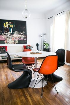 Two words: color coordination, the Art of Mismatched Chairs. A Collector's Hollywood Bachelor Pad,Mastering Mismatched Dining Room, Ikea Dining Room, Dining Chairs, Eames Chairs, Dinning Table, Dining Room Inspiration, Beautiful Interiors, Home Decor Styles, Decoration