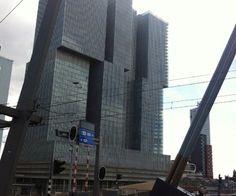 Foto gemaakt door: Julia Nobel, Rotterdam 2015. Vanaf de Erasmusbrug, gebouw lijkt opgebouwd met blokken.