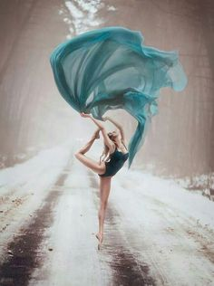 winter ballet swoosh in forest road! by Светлана Беляева Ballet Photography, Winter Photography, Photography Poses, Amazing Dance Photography, Fashion Photography, Creative Photography, Shall We Dance, Just Dance, Dance Hip Hop