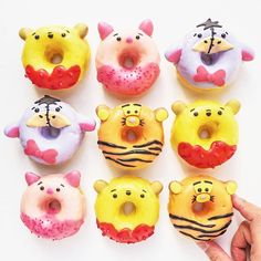 Eeny, meeny, miny, moe, catch a tigger by the toe 😆 Tutorial for these Winnie the Pooh baked cake donuts are up on my website! Disney Desserts, Cute Desserts, Disney Food, Fancy Donuts, Cute Donuts, Cupcakes, Cupcake Cakes, Cute Baking, Delicious Donuts