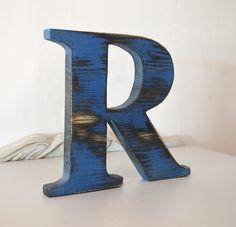 Letra R de madera reciclada y pintada con Chlak Pain de Annie Sloan