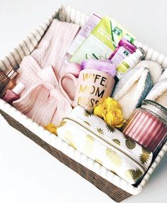 Mom deserves a spa day … every day! A basket stocked with all things pampering. Mom deserves a spa day … every day! A basket stocked with all things pampering is the perfect last-minute gift. Diy Christmas Presents For Mom, Diy Birthday Gifts For Mom, Cute Birthday Gift, Diy Gifts For Mom, Christmas Gifts For Mom, Birthday Diy, Mom Presents, Birthday Ideas, Present For Mom