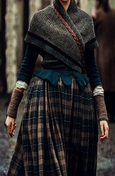 Outlander shawl pattern in the style of Claire Fraser in season four of the Outlander series. Make a replica of the shawl Claire wears in the Rent episode with this free knitting pattern. Claire Fraser, Jamie Fraser, Moda Medieval, Outlander Knitting Patterns, Free Knitting, Midnight Blue Color, Outlander Book, Outlander Clothing, Outfit