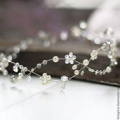 Купить или заказать Свадебный венок для прически невесты. Венок на голову невесте. в интернет-магазине на Ярмарке Мастеров. Свадебный венок, свадебное украшение для прически невесты, венок из цветов для свадебной прически. --------------------------------------- Венок выполнен из проволоки, стеклянных бусин, бусин под жемчуг, кристаллов. Оттенки: прозрачный, белый, блестящий, жемчужный айвори. ______________________ Цвет и яркость на фото может незначительно отличаться от оригинала.