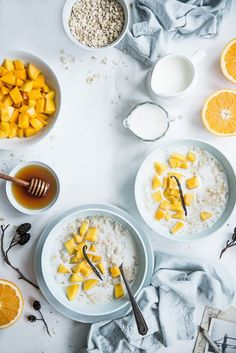 Porridge mit Mango, Vanille und Orangen - Frühstücksideen (Rezept, Gesundes Frühstück, Hafer, Haferflocken, Gesund, Ahornsirup, Einfach, Obst, Arbeit, Muttertag, Abnehmen, Müsli, Sonntag, Bett, Kochhaus)