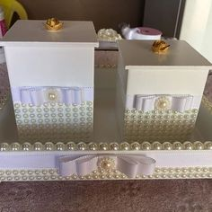 Produção da sexta à noite... Bandeja e potinhos todo personalizado para o quarto… Altered Boxes, Painting On Wood, Decorative Boxes, Kit Bebe, Black And White, Crafts, Diy, Furniture, Home Decor