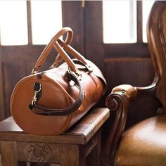 ⊳@CapraLeather⊲ This Colombian shop brings functional, simple and elegant leather goods for the modern man with kind of a J. Crew style. All their products are carefully hand crafted with top quality leather, like this gorgeous duffel bag that can be used for a weekend getaway or the gym. You can find other products like smartphone and laptop cases, desk mats, keychains and more at ⊳CapraLeather⊲ on Etsy.com. Don't forget to follow this shop on IG!