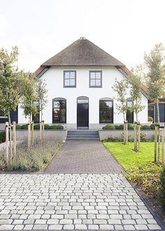 Classic Garden, Dream House Exterior, Natural Garden, House Extensions, Spa, Garden Entrance, House Front, Garden Inspiration, Curb Appeal