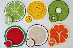 Sousplat de Crochê: 85 Fotos e Ideias - Artesanato Passo a Passo! Crochet Placemats, Crochet Potholders, Crochet Home, Cute Crochet, Crochet Designs, Crochet Patterns, Crochet Coaster Pattern, Hot Pads, Crochet Projects