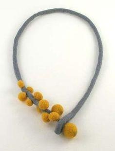 Delicioso y simple collar en fieltro realizado por Virginia Fortunato