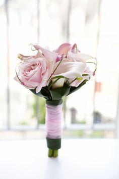 cute little pink rose wedding flower by (c) radmila kerl wedding photography munich  süßer kleiner Brautstrauß oder Brautjungfernstrauß mit roséfarbenen Rosen und passendem Bund von (c) Radmila Kerl Hochzeitsfotografie München