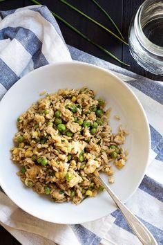 Arroz Frito Vegetariano  Arroz, ovos, milho, ervilhas, molho de soja, ervas aromáticas são alguns dos ingredientes deste prato que se faz em apenas 10 minutos.