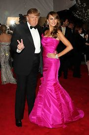 Melania Trump Evening Dress - Melania Trump stunned on the red carpet in her strapless fuchsia gown at the 2008 Met Gala in NYC. Trump Melania, Donald And Melania Trump, First Lady Melania Trump, Malania Trump, John Trump, Michelle Obama, Trumps Wife, Donald Trump Family, First Ladies