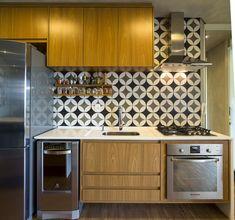 Espaços pequenos onde centímetros a mais vão fazer diferença no resultado final. Desse modo, a melhor opção para armários de cozinhas são aqueles com puxadores tipo cava (feito na própria marcenaria ou perfil metálico).
