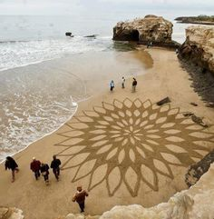 Awesome ephemeral land art & playa paintings (sand drawings) by artist Andres Amador from US. Land Art, Art Plage, Sand Drawing, Beach Drawing, Art Environnemental, Art Et Nature, Street Art, Sand Painting, Beach Paintings