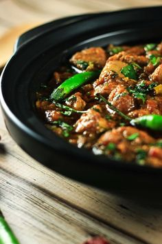 Authentic Indian Karahi Curry - You'll definitely end up impressing your friends and family with this delicious recipe. It's so simple to make and tastes completely authentic! Indian Food Recipes, Asian Recipes, Ethnic Recipes, Fried Fish Recipes, Chicken Recipes, Chicken Karahi, Chicken Curry, Chicken Masala, Comida India