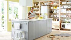Moderna cocina en color gris con cocina de juguete e isla de cocina