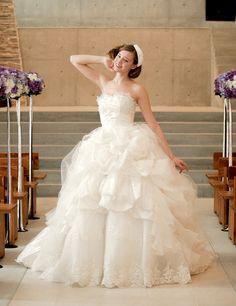 幻想的なストラップレス チャペル チュール ボールガウン ウェディングドレス ピックアップ付き Htb0075