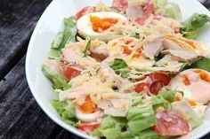 Classic salad made out of hard boiled eggs cold cuts tomatoes cucumbers cheese and lettuce dressed with thousand island dressing Greek Recipes, Egg Recipes, Asian Recipes, Ethnic Recipes, Green Salad With Chicken, Chicken Salad, Cetogenic Diet, Classic Salad, Chicken Eggs