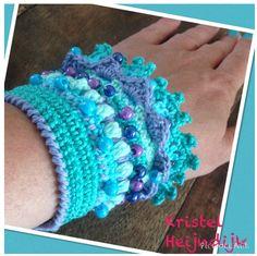 picture tutorial that gives you an idea of steps in making this crocheted cuff! Form Crochet, Easy Crochet Patterns, Bead Crochet, Crochet Motif, Diy Crochet, Crochet Hats, Crochet Wrist Warmers, Crochet Bracelet, Macrame Bracelets
