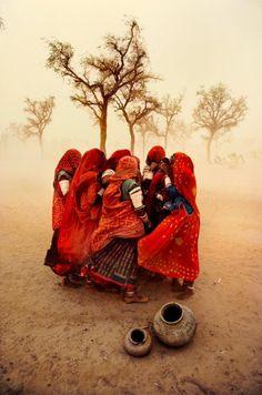 Steve McCurry, uno de los mejores fotógrafos del planeta, y autor de una imagen absolutamente icónica: la chica afgana de la portada de National Geographic. Ahí arriba, su fotografía favorita.