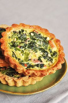 Tartelettes aux épinards, lardons, pignons et parmesan - recette facile - la cuisine de Nathalie Parmesan Recipes, Vegan Recipes, Cooking Recipes, Quiches, Omelettes, Food Photo, Food Inspiration, Love Food, Easy Meals