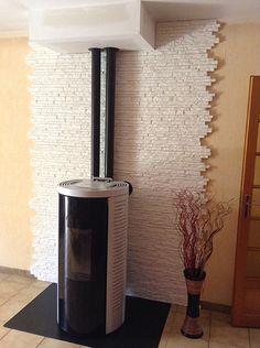 La protection d'un mur combustible derrière un poêle est incontournable. Wood Burner Fireplace, Log Burner, New Homes, Home Appliances, Living Room, Design, Home Decor, Inevitable, Firewood