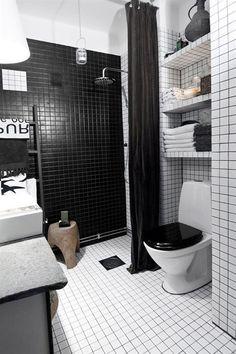 O branco e preto está presente também no banheiro, muito bem decorado