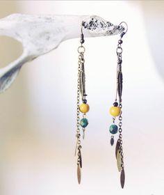 Boucles d'oreilles de la collection JAORA / laiton et perles jaunes et vertes.