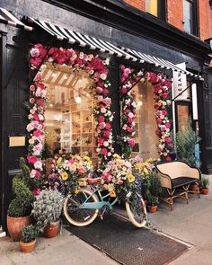 Sezane shop NYC - Colorful flowers and an Eugenie bench in natural fiber bright black Cafe Interior Design, Cafe Design, Store Design, Interior Shop, Design Shop, Decoration Hall, Flower Shop Interiors, Flower Shop Design, Coffee Shop Design