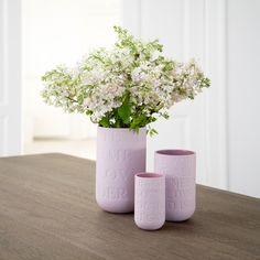 """Love Song vas från Kähler Design. Vasen finns i flera olika färger och stolekar. Denna vas är perfekt för Alla hjärtans dag eller som årsdagspresent, bröllopspresent eller som bordsuppsättning. Vasen kommer med text från låtarna """"Love Me Tender,"""" """"All You Need is Love,"""" """"It Had to be You"""" och """"I Got You Babe."""""""