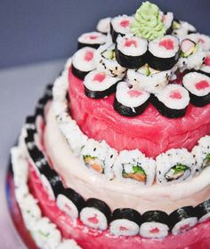 Sushi Cake There are sushi boats, sushi pizza, and now, a sushi wedding cake! Build your alternative cake with rolls from your favourite sushi shop or re-interpret the idea using candy sushi ! Photo via We Heart It . Sushi Cake, Sushi Sushi, Candy Sushi, Sushi Food, Vegan Sushi, Great Recipes, Favorite Recipes, Recipe Ideas, Wedding Cake Alternatives