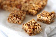 HONEY NUT CEREAL BARS da Everyday Food di Martha Stewart per una teglia quadrata da 20cm di lato   90 g di cereali tipo Cheerios della ...