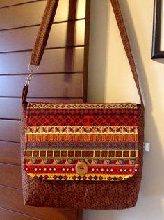Bolsa+em+patchwork,+confeccionada+com+tecido+nacional.+Quilt+livre.+Possui+bolso+interno+e+alça+regulável.+<br>Peça+única.+<br>Super+charmosa.