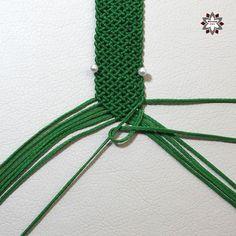 Tutorial: Grid pattern bracelet – Macramotiv Macrame Bracelet Diy, Macrame Bracelet Patterns, Bracelet Crafts, Macrame Patterns, Macrame Jewelry, Card Weaving, Diy Friendship Bracelets Patterns, Micro Macrame, Bracelet Tutorial