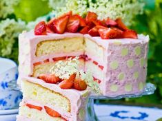 Jordgubbar, fläder och vit choklad. Rena sommardrömmen, den här tårtan!