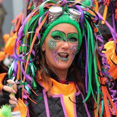 Lieftallige dame genietend van de carnaval