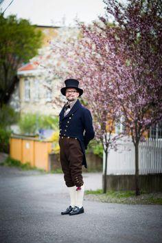SLIK SER DEN UT: Motedrakten som ble brukt av flere menn på Romerike under grunnlovssamlingen på Eidsvoll i 1814.