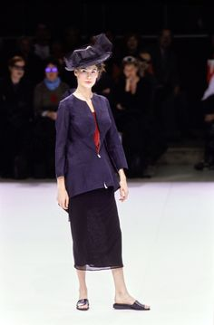 See the complete Yohji Yamamoto Spring 1999 Ready-to-Wear collection.